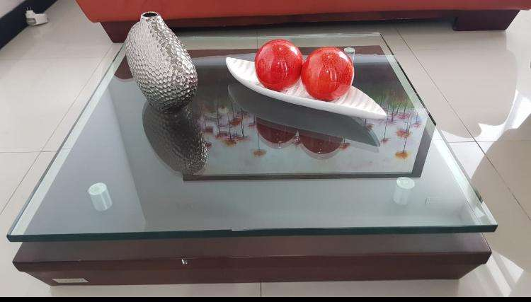 Sala en cuero y mesa de centro marca Brunati