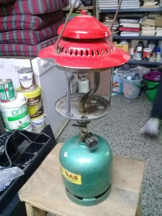 un faroles de noche a gas y un cabezal para garrafa