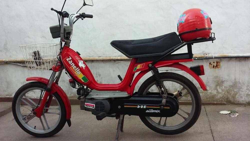 Ciclomotor Zanella 50C.c con casco.