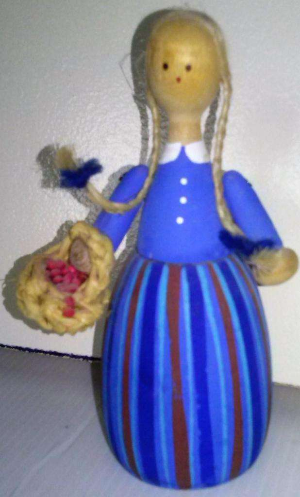 Antigua e importada muñeca de madera