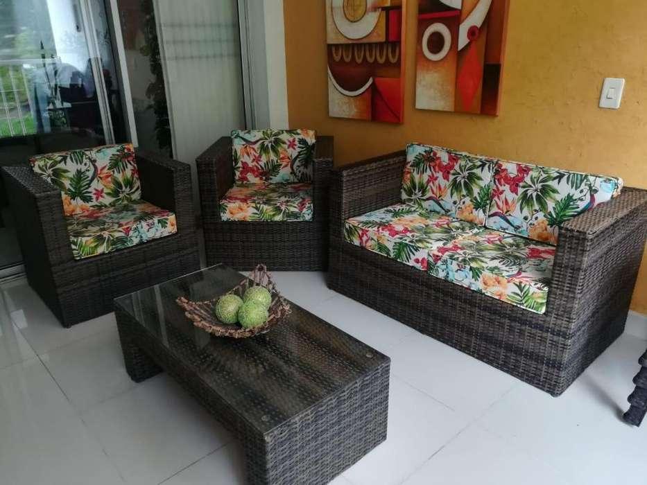 Sala con Sofa 2 sillas mesa de centro