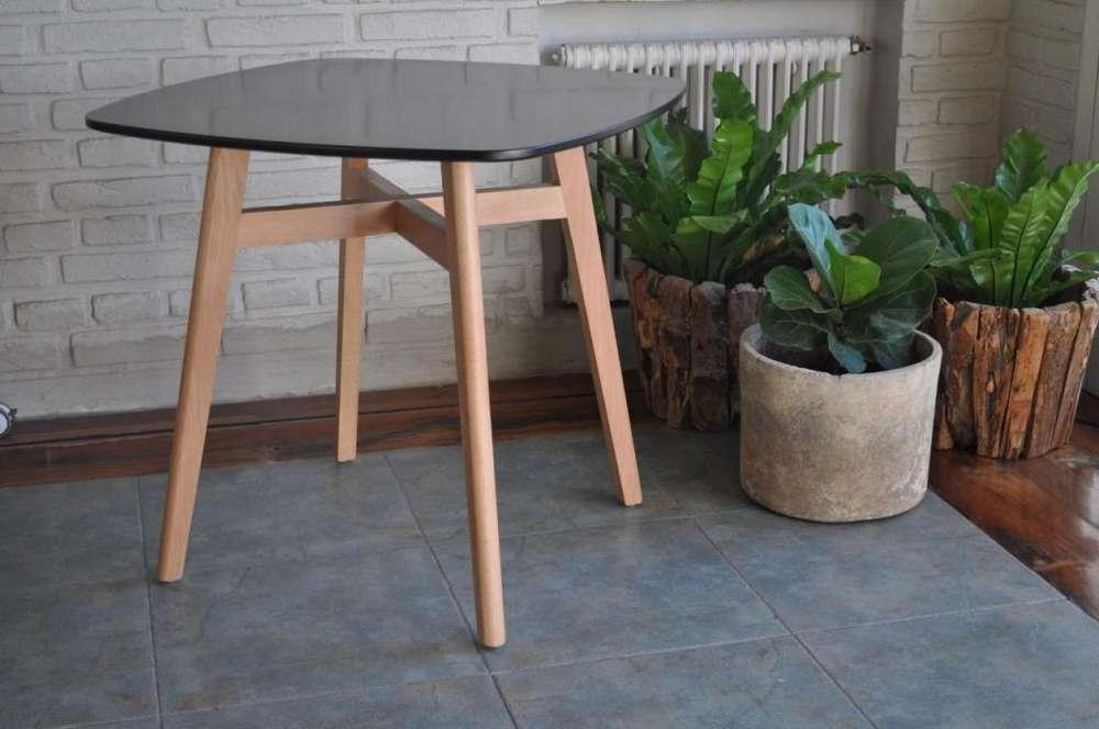 Mesa Nordica 80x80 con patas de madera y tapa laqueada