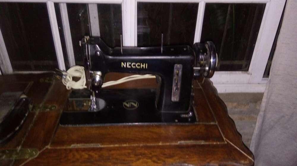 Máquina de Coser con Mesa