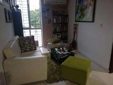 sala moderna en cuero y cojines