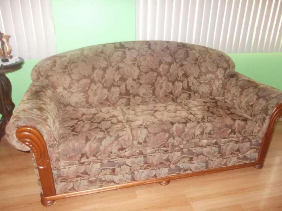 Se vende de remate un sofá de tres puestos en buen estado.