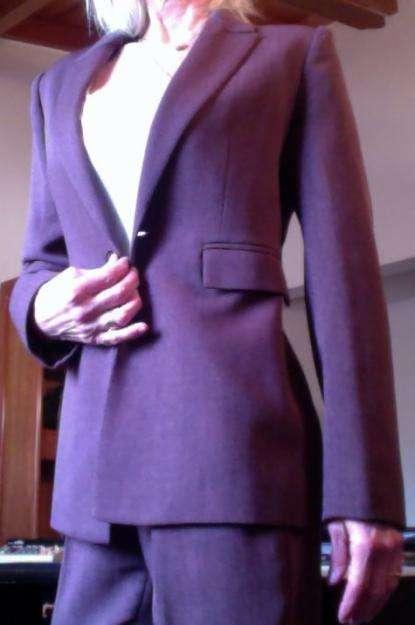 AYRES, <strong>traje</strong> lila, formado por blazer al cuerpo y pantalón tipo chupín bien recto, muy poco uso