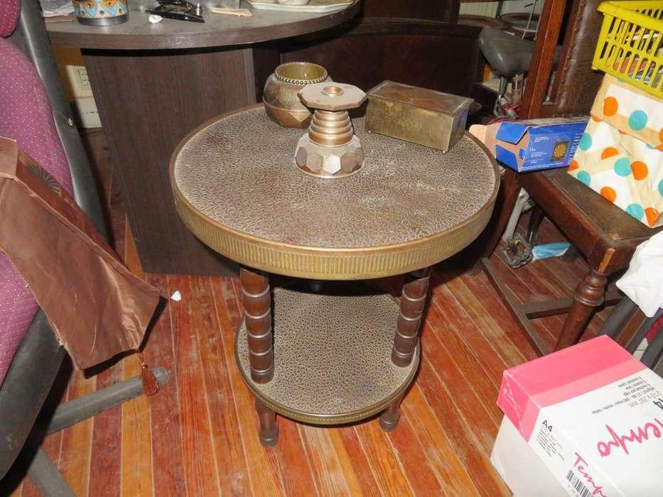 mesa con cenicero, candelabro y <strong>caja</strong> para fósforos.