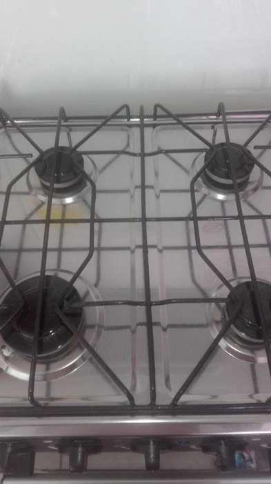 se vende estufa con horno motivo viaje interesados llamar al 3107300188