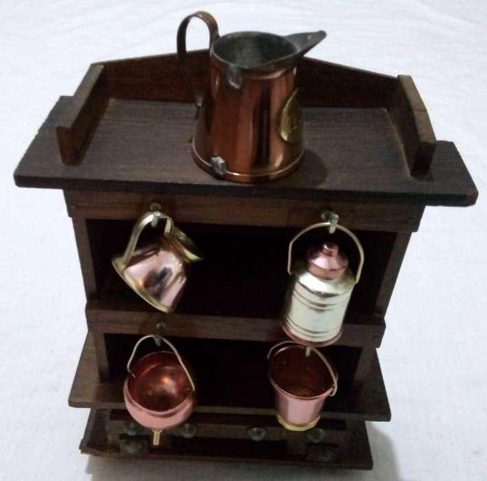 Antiguo mueble madera miniatura y accesorios de cobre
