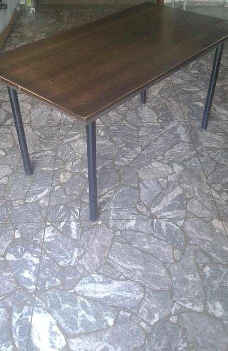 Mesa de madera laminada con base de caño