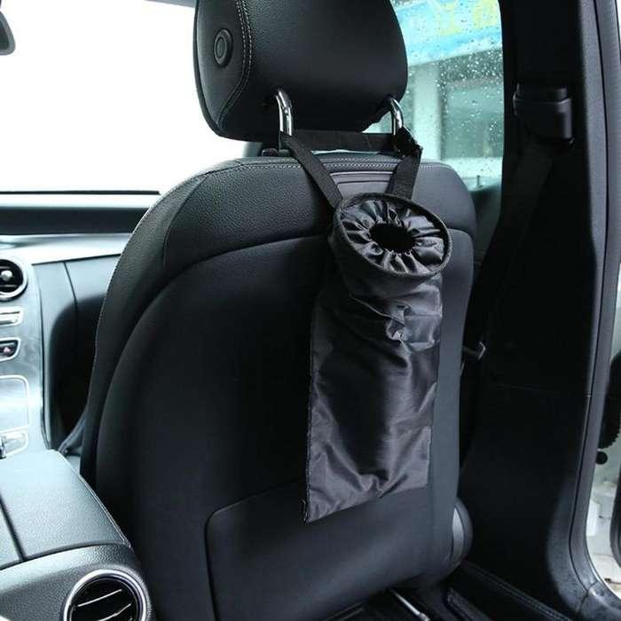 Bolsa de basura en asiento trasero auto