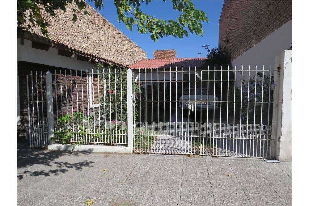 Casa 2 dormitorios y salon, barrio don carlos