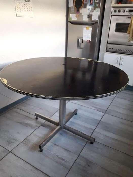 Mesa redonda, de fórmica, usada