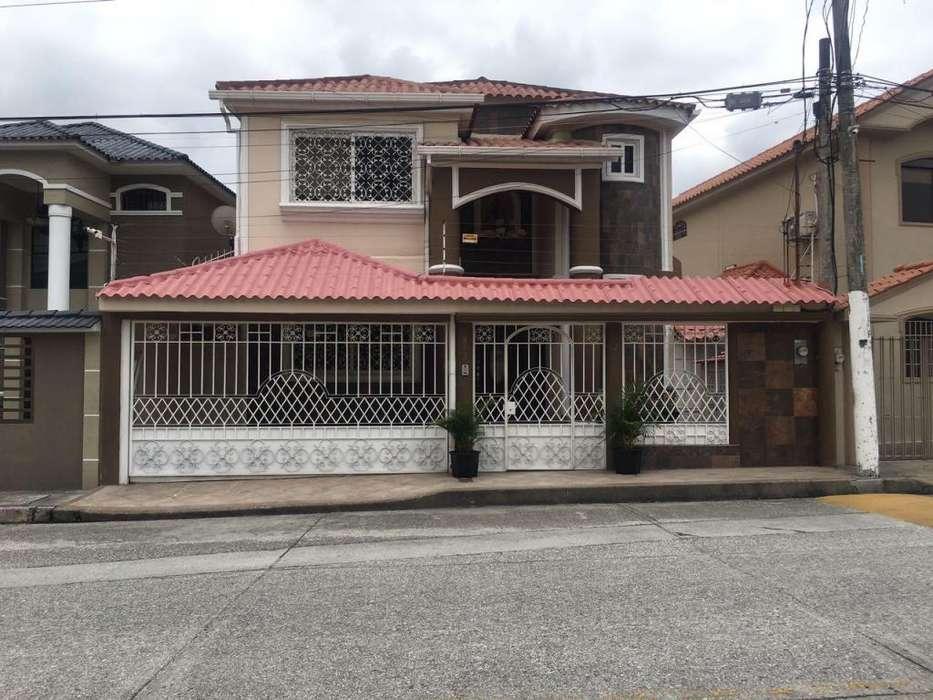 Venta de Casa en Urb. Ceibos Norte, cerca del Supermaxi, Norte de Guayaquil.