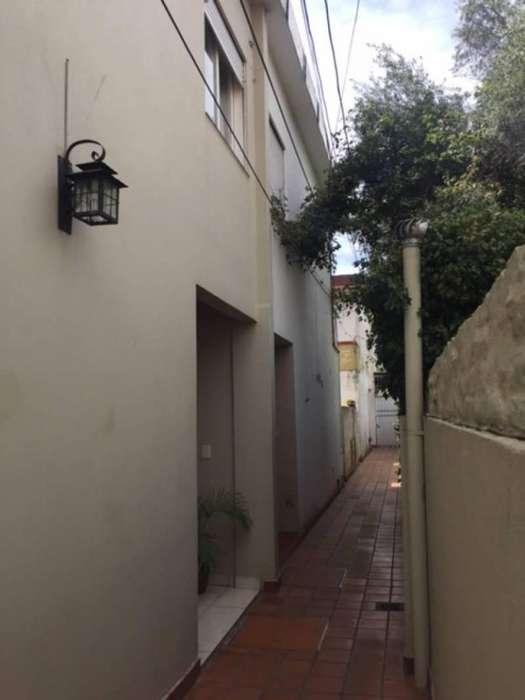 Alquiler <strong>duplex</strong> 4 ambientes, cochera, patio, baño, toilette. Castelar