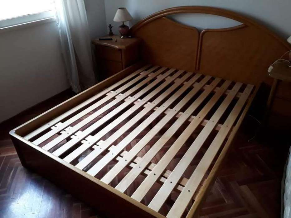 Juego de <strong>dormitorio</strong> mesas de luz, cama y comoda