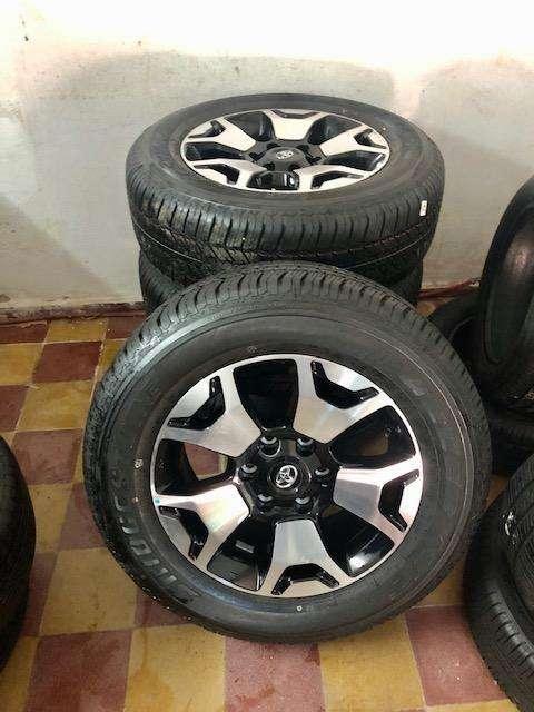 Llantas Originales <strong>toyota</strong> Hilux SRX O SW4 con centro Rodado 18 Y Cubiertas Bridgestone NUEVAS SIN USO