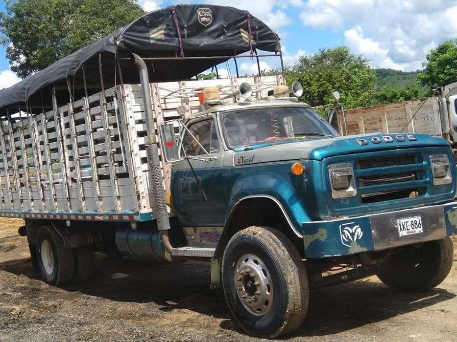 Camion 600 de estacas marca Dodge