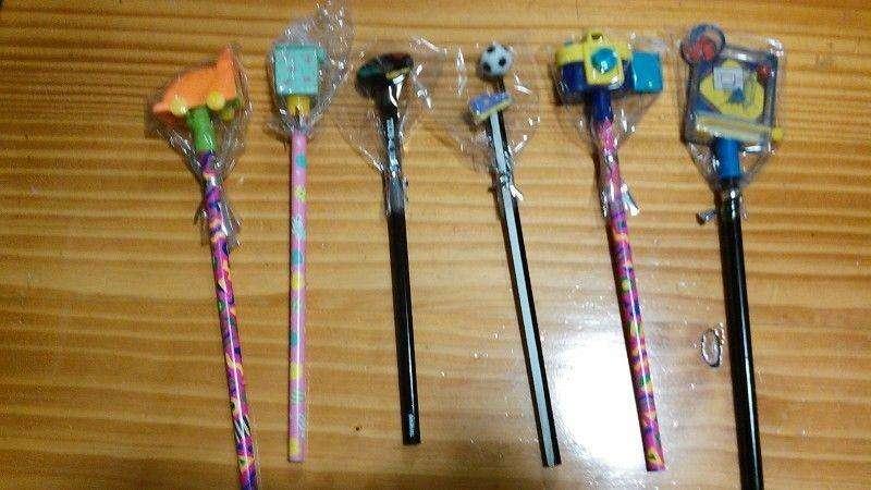 Lote de 50 lapices con <strong>juguetes</strong> pesos 200