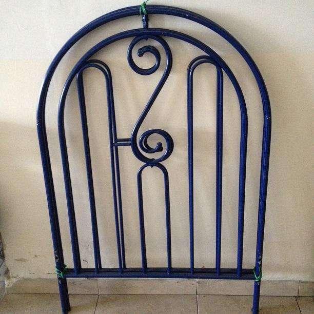 Cuna metálica (con tablas y sin colchón) 130 cm largo x 85 cm ancho x 126 cm alto