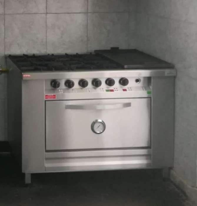 Cocina con Horno, 4 Mecheros Y Plancha.