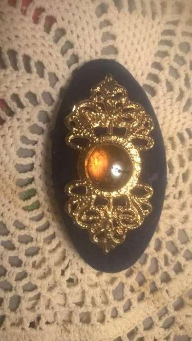 Hebilla para elegante tocado forrada en terciopelo negro con Dorado y hermosa piedra amarillodorado...250.00. Nuevo.