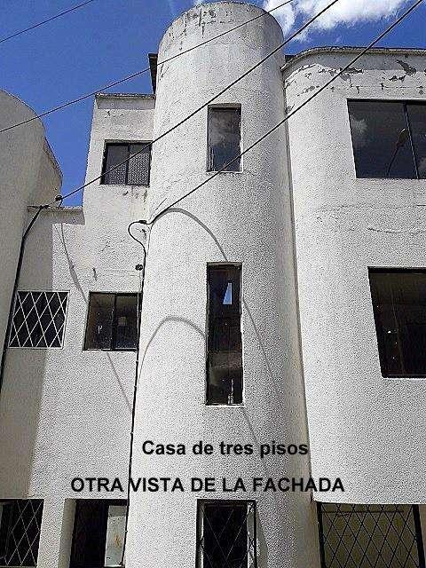 """Casa de 3 pisos en venta en Conjunto Residencial """"Rincón de Castilla 6"""" en Calderón, Quito."""