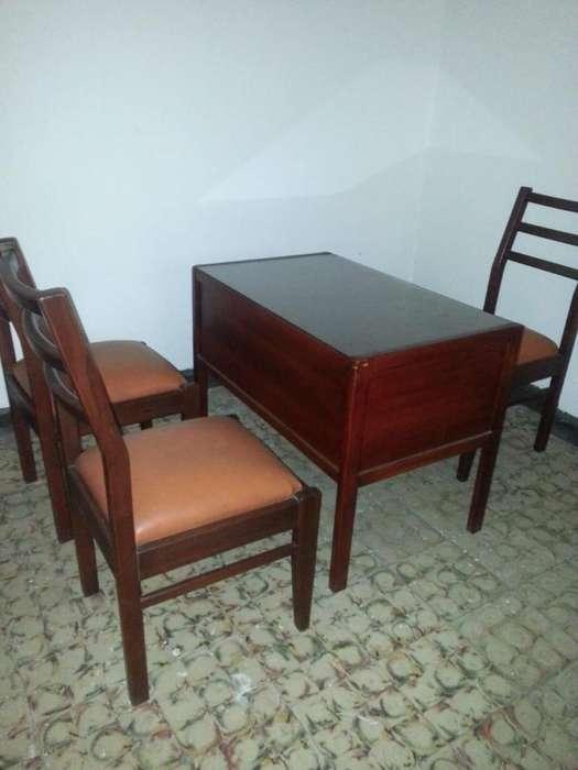 Hermosa mesa hecha de madera en excelente estado, con 4 <strong>silla</strong>s en buen estado