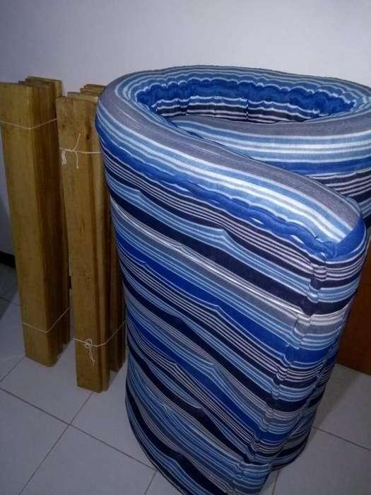 Vendo base cama con colchón y <strong>tablas</strong>