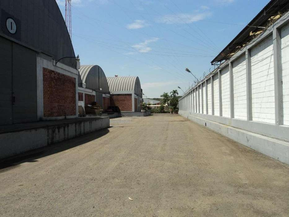 Complejo de bodegas, edificio de <strong>oficina</strong>s y terreno