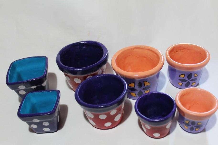8 macetas cerámicas pintadas con diferentes motivos, 150