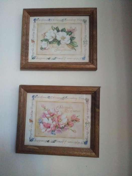 Dos cuadros con flores y marcos de madera. Muy lindos!