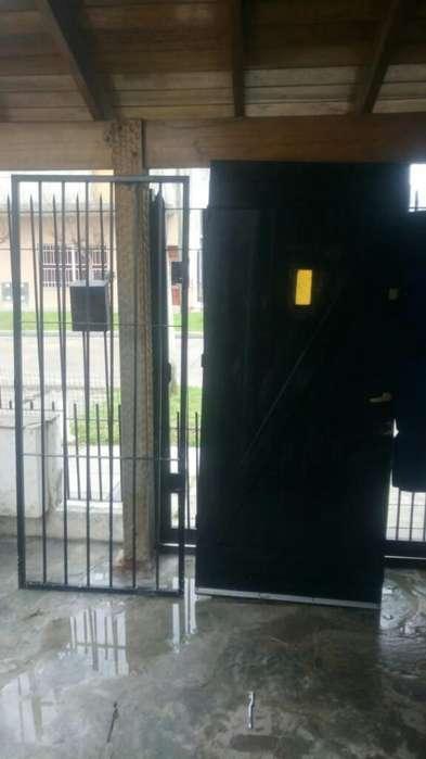 Vendo Puerta de Madera Masisa con Reja D