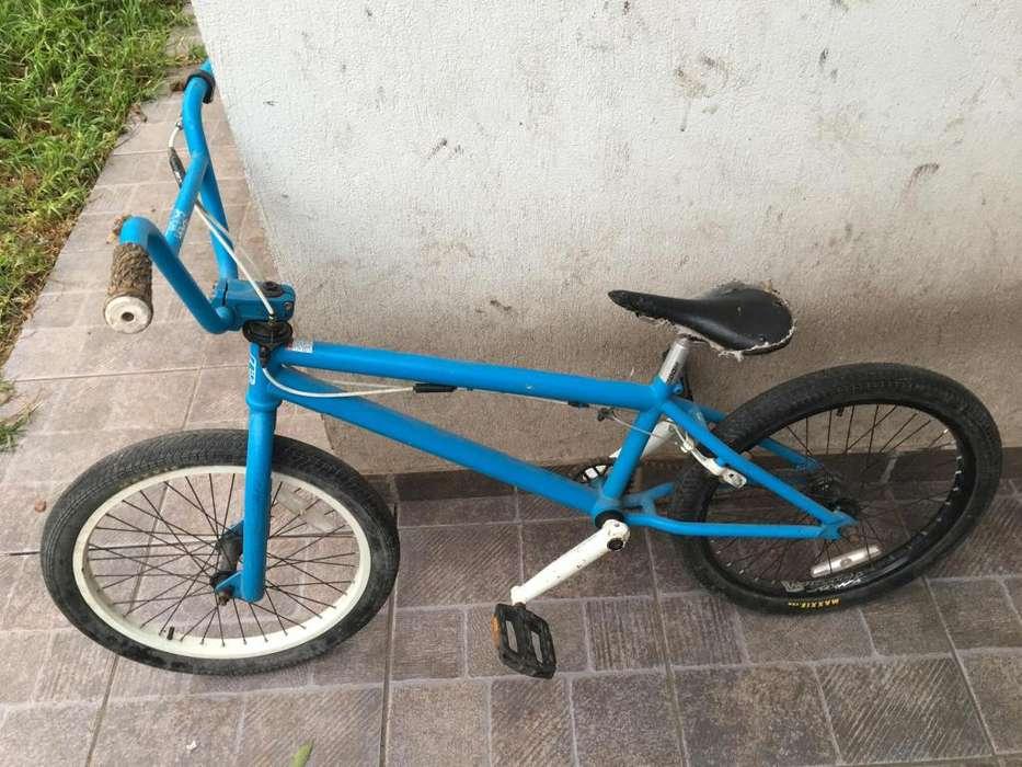 Bicicleta BMX marca Black Label con rotor