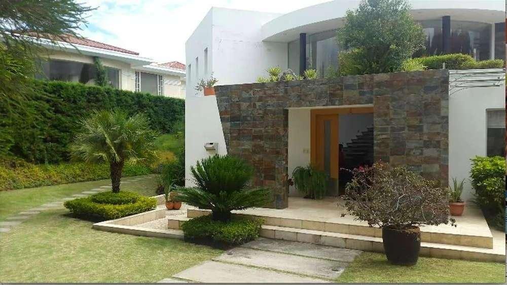 RENTO/ARRIENDO casa ubicada en Cumbaya, sector la Primavera dentro de una Urbanización de Primera