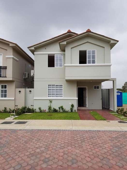 Venta de Casa en Urb. Casa Laguna, cerca del Riocentro El Dorado, Vía a Samborondon.