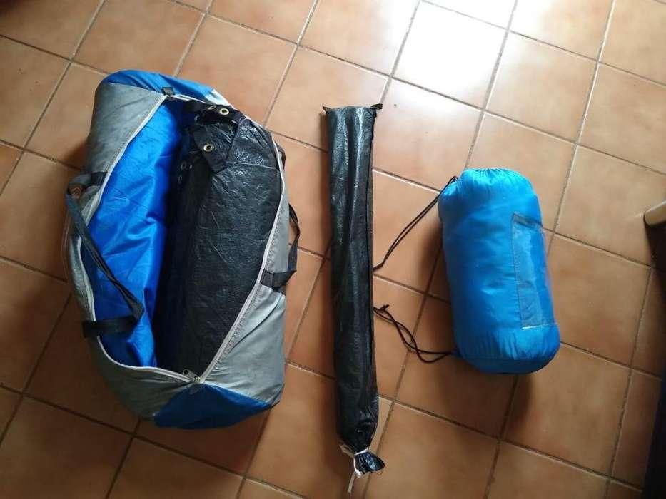 Carpa impecable una bolsa de dormir.