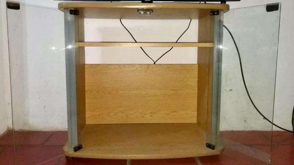 Liquido Mesa tv con estante, y puertas de vidrio con 4 ruedas