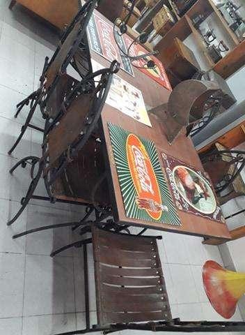 <strong>juego</strong> de galeria (Mesa y 6 sillas de hierro y cuero)