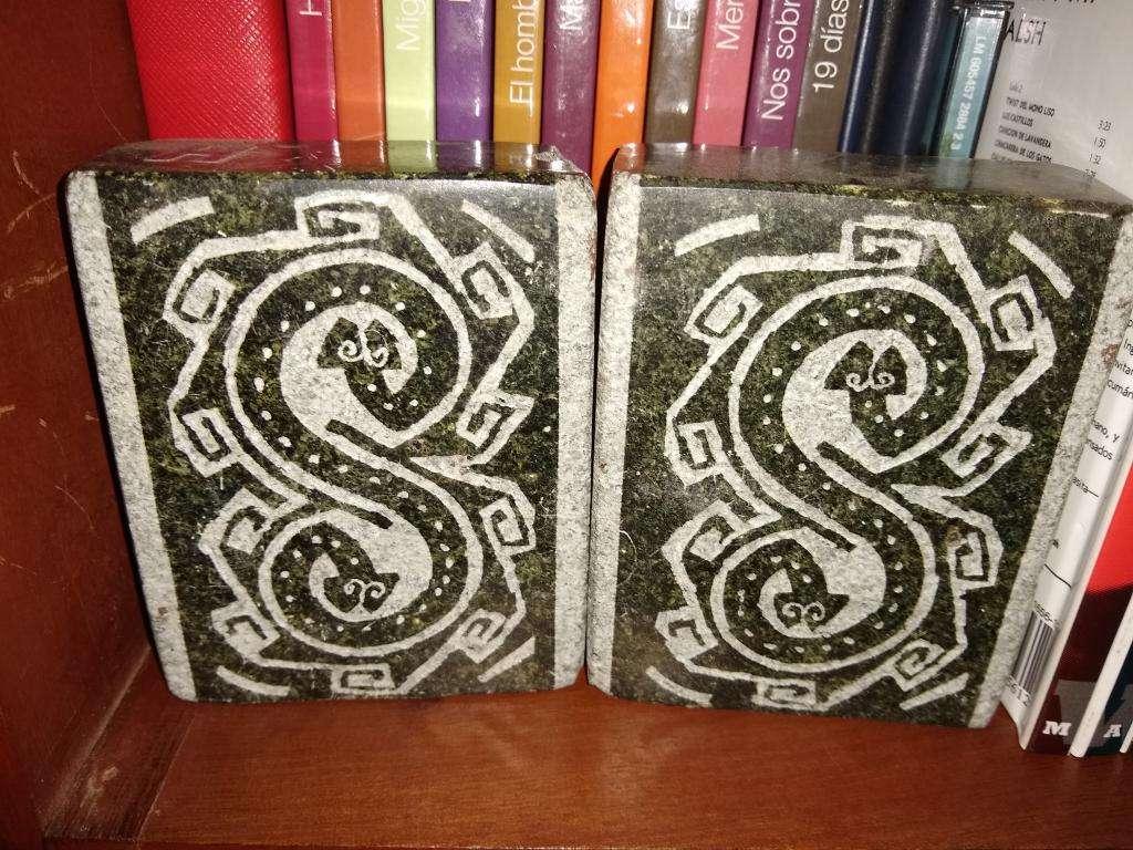 Apoya Libros de Piedra C Detalle Grabado