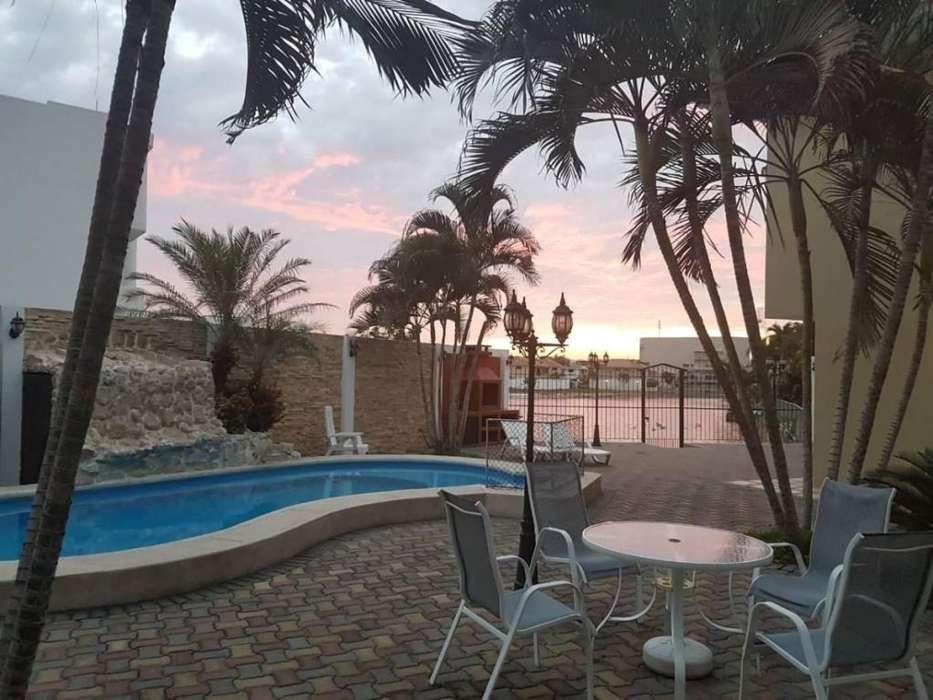 Casa Mansión en Venta en Urbanización Aquamarina, cerca del C.C Village Plaza, Samborondón ¡Al Pie del Lago!
