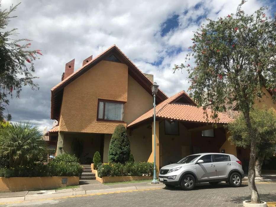 Cumbayá Hermosa Casa de Venta 4 Dormitorios 350Mts2.