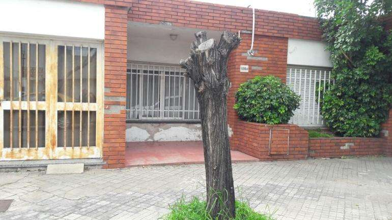 IDEAL CONSTRUCTORAS. LOTE CON CASA EN ARROYITO. NO ES PH. Mas info 341-3140050