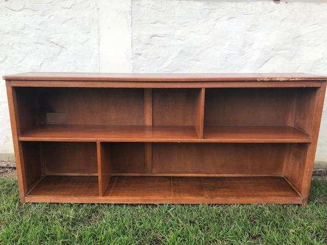 Mueble mostrario de madera