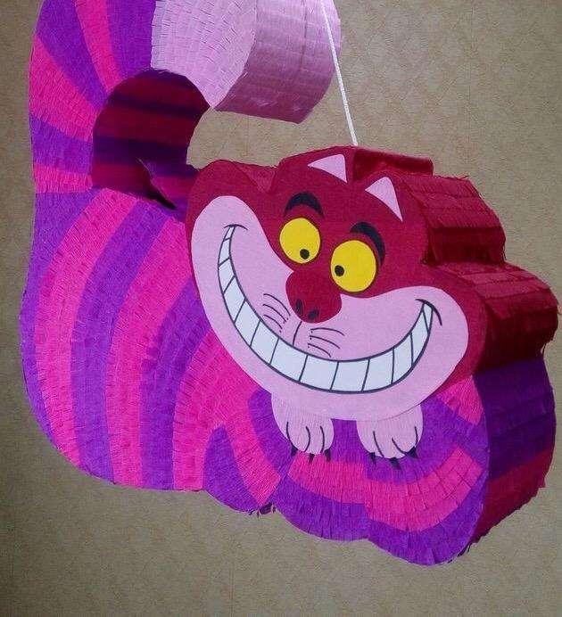 Piñata Alicia en El Pais de Las Maravill