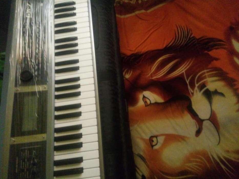 Un teclado Roland GW7