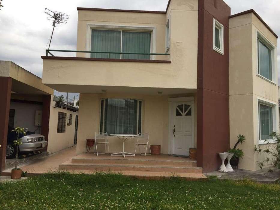 Hermosa casa amoblada de 2 pisos y patio grande en La Primavera Cumbayá