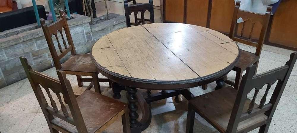 Mesa redonda antigua de roble torneada con 5 sillas para restaurar la base