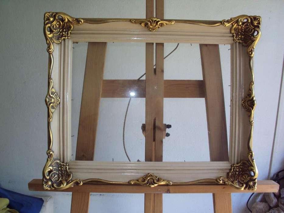 Antiguo marco de cuadro estilo frances con vidrio
