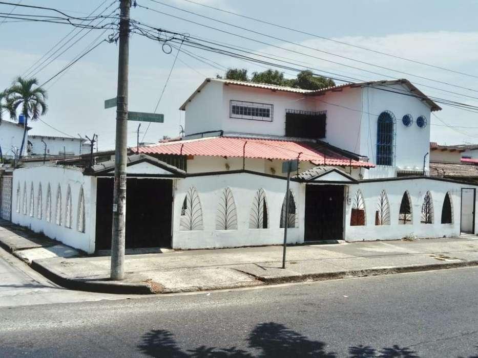 Vendo Casa con Uso de Suelo Comercial, Centenario Sur, cerca al Banco Pichincha